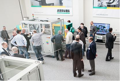 The new extension offers sufficient space to install and test complex automation solutions and turnkey systems (source: Arburg)