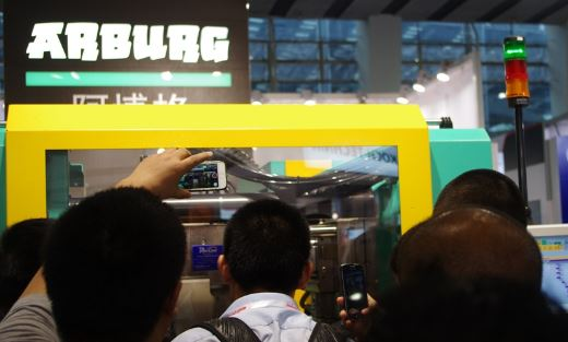 Visitors show strong interest in clamping units of injection moulding machines.