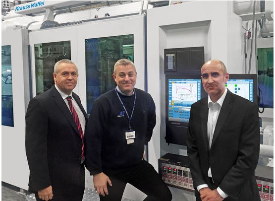 Richard Mumford (l.), Sales Director, and Andrew Johnson (r.) Injection & Automation Division Sales Manager, KraussMaffei UK, and Laurence Tabner, Managing Director Sanko Gosei (center) in front of the MX 1300