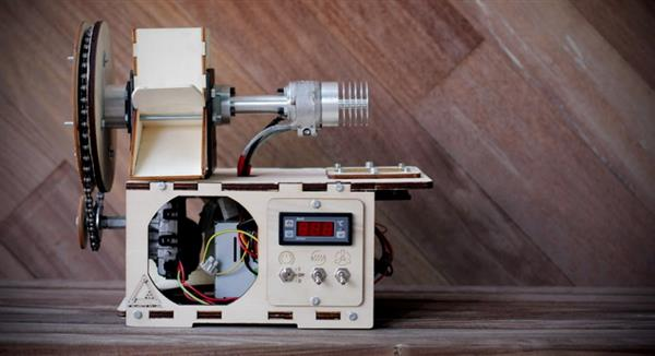 WHAT IS THAT? No, it's not a portable radio.... It's a filament extruder ( called Felfil, open source project) from a group of makers from Italy.