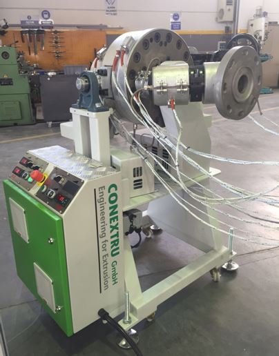 Pipe extrusion tooling with rotation